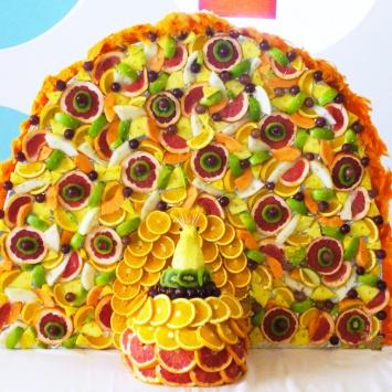 Большая фруктовая композиция в виде павлина