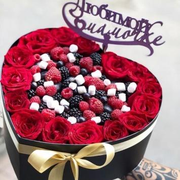 сердце с клубникой и цветами