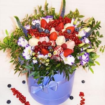 Букет с ягодами и цветами