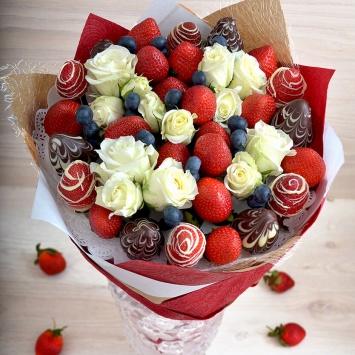 Букет с клубникой и белой розой