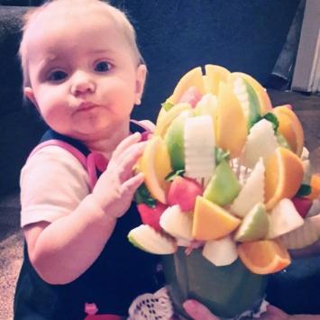 букет с фруктами из клубники и дыни