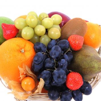 Корзина из фруктов с апельсинами