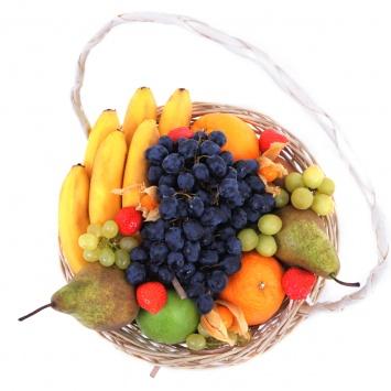Фруктовая корзина с виноградом и грушей