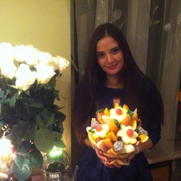 Букет роз и фрукты