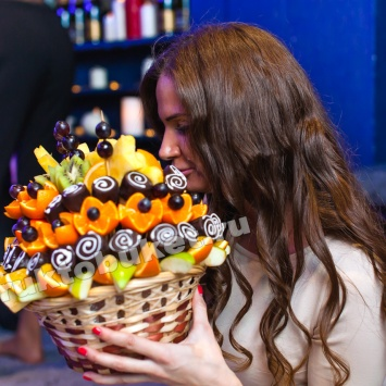 Праздник с фруктовым букетом