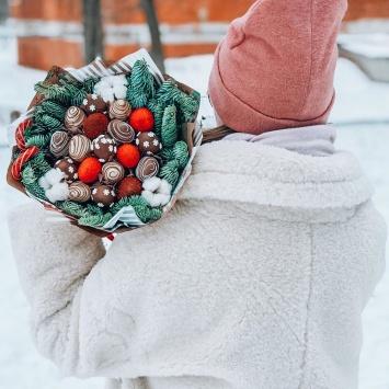 Ягодный букет с клубникой на рождество