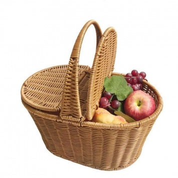 Корзина с фруктами на пикник