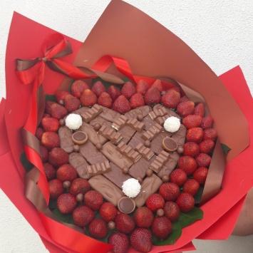 Ягодный букет с клубникой и шоколадом 2