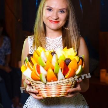 Девушка с букетом из фруктов Осенний бриз