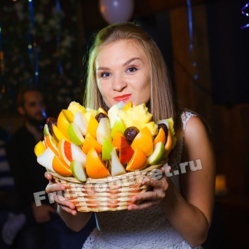 Девушка с фруктовым букетом Осенний бриз