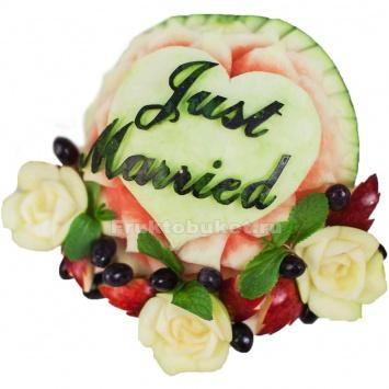композиция из фруктов для молодоженов