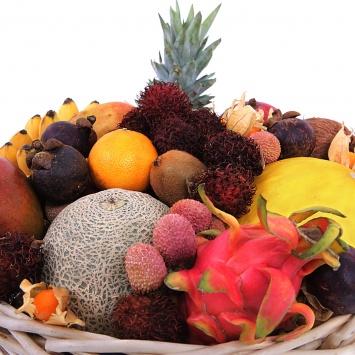 Корзина с фруктами Экзотическое чудо с ягодами