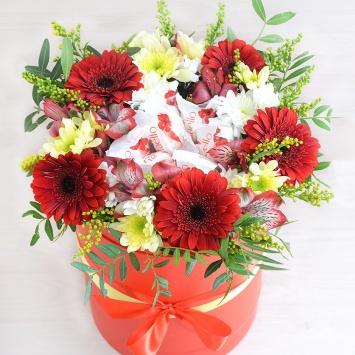 Букет с цветами и конфетами