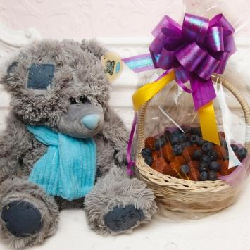 Корзины с ягодами и плюшевым мишкой