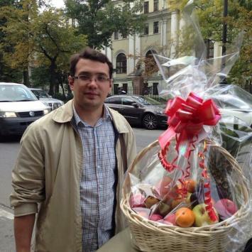 Клиент с фруктовой корзиной