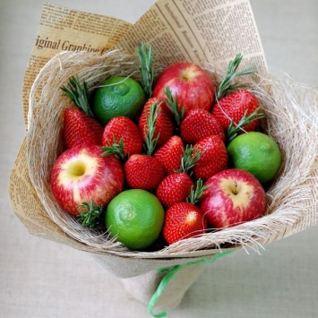 Букет с клубникой и яблоком