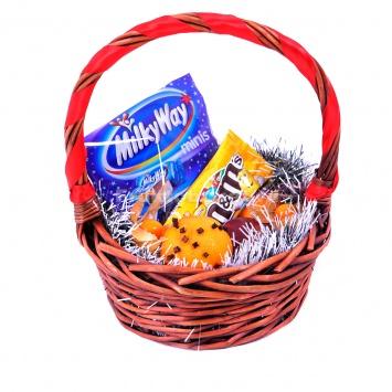 Корзина с батончиками и конфетками