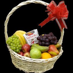 Подарочная корзина на 8 марта с Raffaello и фруктами