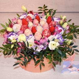 Букет с цветами и клубникой