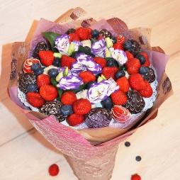 Букет с ягодами и лизиантусами
