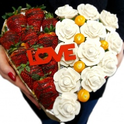 Клубника в виде сердца с розами из марципана