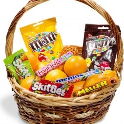 Подарочная корзина с конфетами