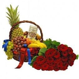 Корзина с фруктами и розами