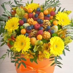 Жёлтые цветы в шляпной коробке