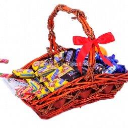 Корзина с конфетами и шоколадками