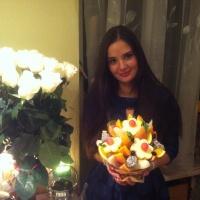 корзина с фруктами из ананасов и дыней