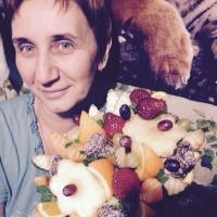 корзина с фруктами из клубники и апельсинами