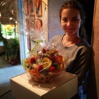 фруктовая корзина с ананасом и апельсинов