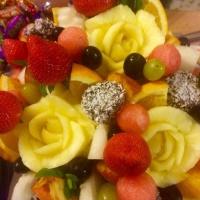фруктовая корзина с розочками из ананасов