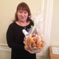 фруктовая корзина с ромашками и ананасом