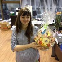 фруктовая корзинка с клубникой и ромашками